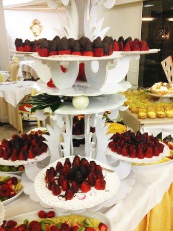 Hotel Mioni Pezzato : клубника в шоколаде
