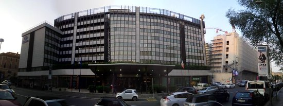 Hilton Milan: Front of hotel