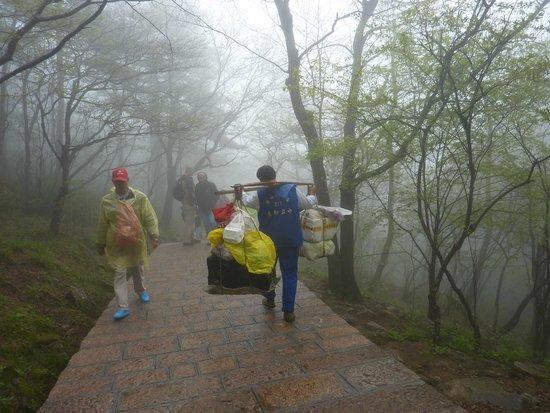 Mt. Huangshan (Yellow Mountain): les porteurs surchargés