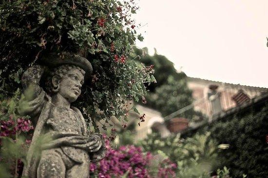 Villa Sermolli : Viele kleine Figuren und wunderschöne Blumen...
