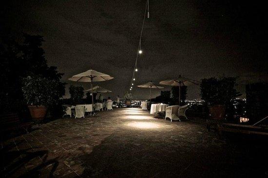 Villa Sermolli : Terrasse bei Nacht....