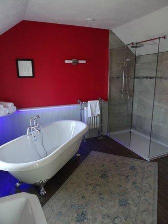 The Pines at Eastleigh: En suite bathroom