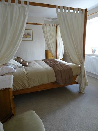 The Pines at Eastleigh: Four poster bed room