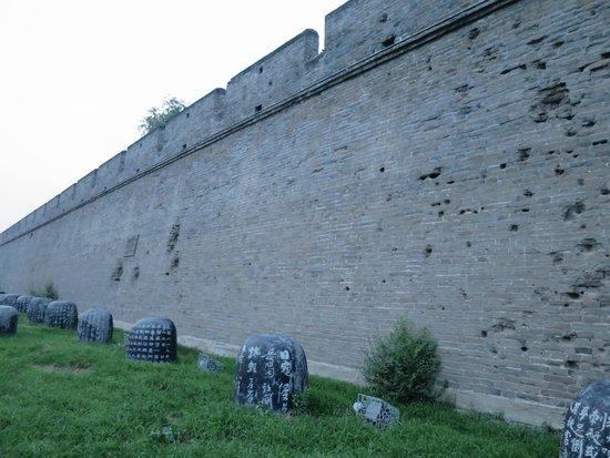 Lugou Qiao (Marco Polo Bridge): 沿路砰走到古城的盡頭,轉右方