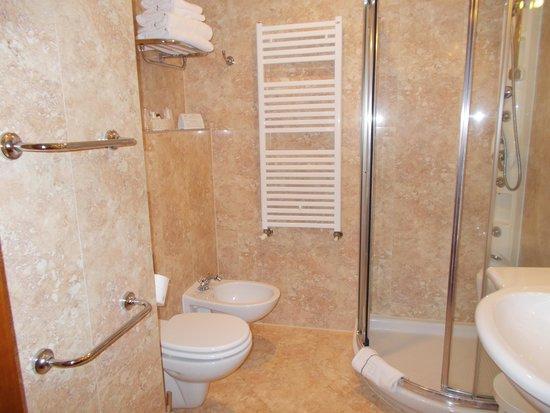 Poiano Resort Hotel: il bagno : completo di bide' e ottimi prodotti bio-poiano