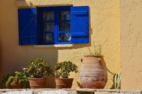 Esperides Villas & Spa: Typique mur blanc, fenêtre bleu..