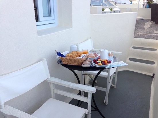 Enigma Apartments & Suites: Breakfast at our balcony