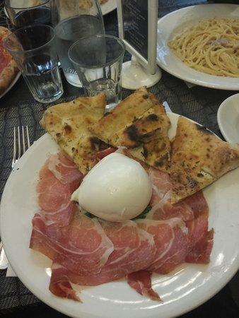 Fresco&Cimmino: Focaccia con mozzarella di bufala e crudo di Parma...delizioso!