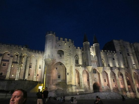 Pope's Palace (Palais des Papes): La Place du Palais des Papes by night