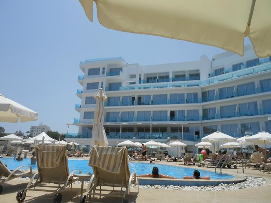 Vrissaki Beach Hotel: hotel from pool