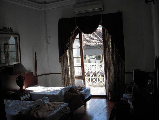 Queens Hotel Kandy: Stanza fronte strada
