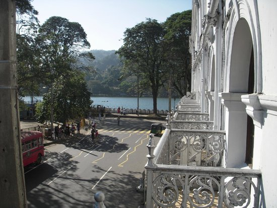 Queens Hotel Kandy : vista dalla camera fronte strada