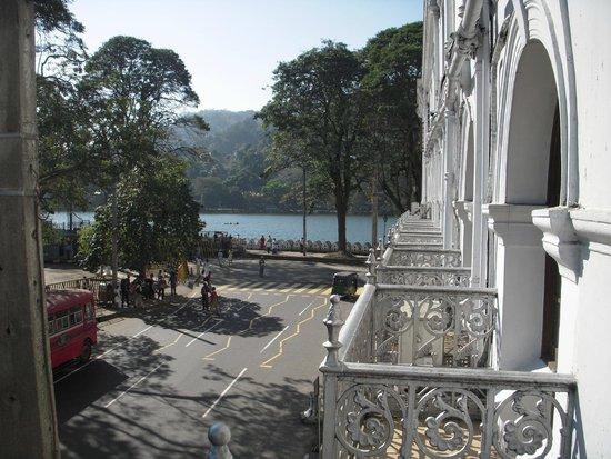 Queens Hotel Kandy: vista dalla camera fronte strada