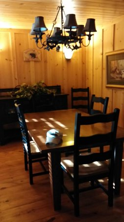 Cabins at Green Mountain: Dining Room