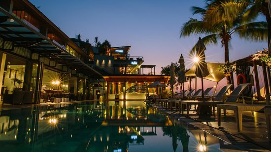 Cape Sienna Hotel & Villas : The pool at night