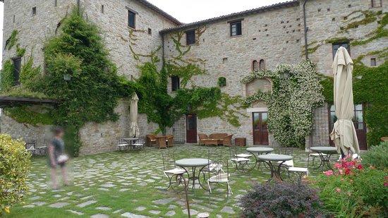 Castello di Petrata: La réception, l'espace petits-déjeuners/apéritif extérieur