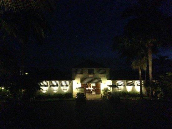 Round Hill Hotel & Villas : Main Building at night
