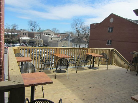 Frothy Monkey Coffeehouse: Outdoor seating