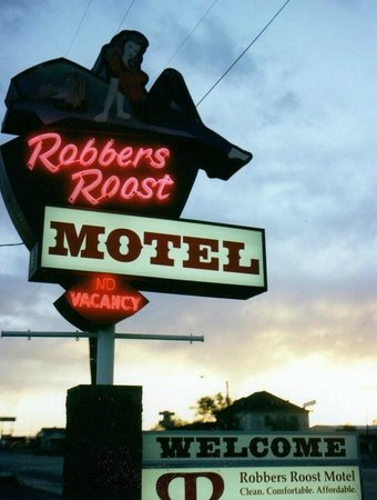 Robbers Roost Motel: Neon at night.
