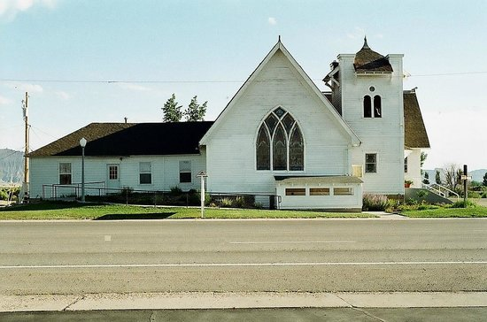 Robbers Roost Motel: Historic church across the street