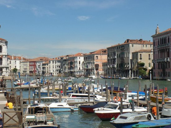 Gran Canal: Boats moored on the Grand Canal