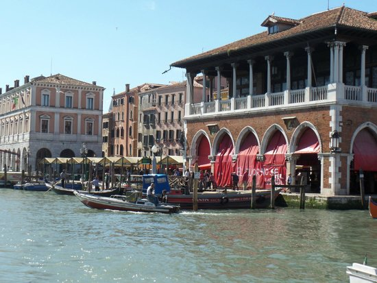 Gran Canal: Gondola station on the Grand Canal