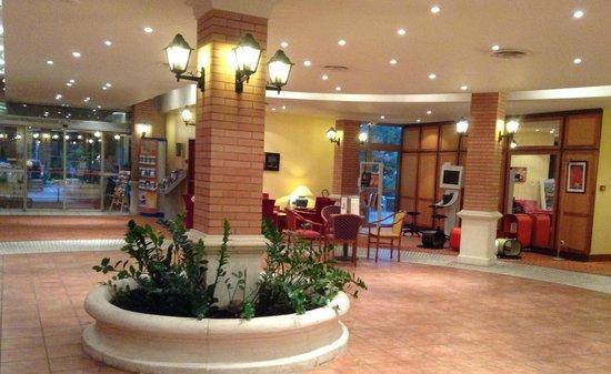 Novotel Resort & Spa Biarritz Anglet : le hall d'accueil avec coin lecture et console pour la jeunesse
