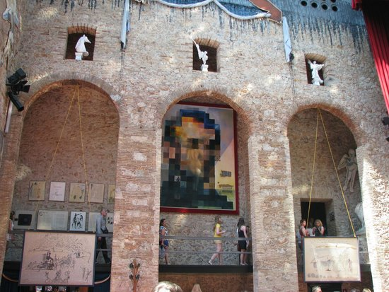 Théâtre-musée Dalí : lincoln or gala, depending of the regarding distance