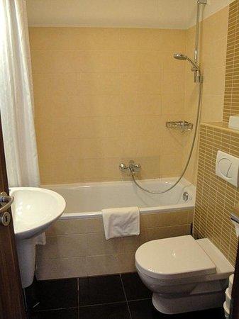 Fraser Residence Budapest : bathroom of suite 306