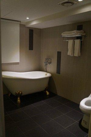 New Stay Inn: Bathtub
