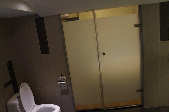 New Stay Inn: bathroom view