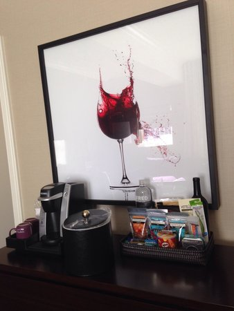 Kimpton Hotel Vintage Seattle: Wine art, coffee maker