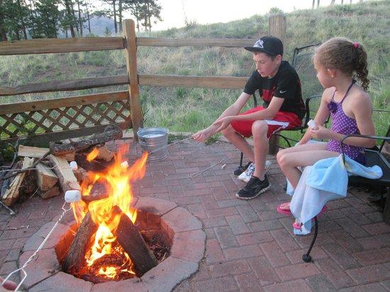Pikes Peak Resort: Fire pit area