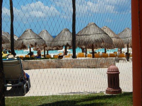 Iberostar Quetzal Playacar : Vista desde uno de los restaurantes que da a la playa y la piscina
