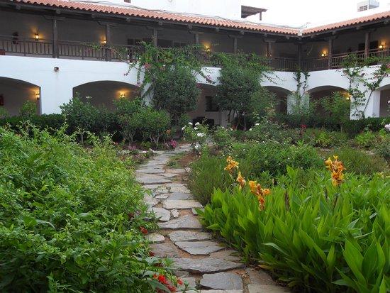 Creta Maris Beach Resort: Courtyard inside Hotel