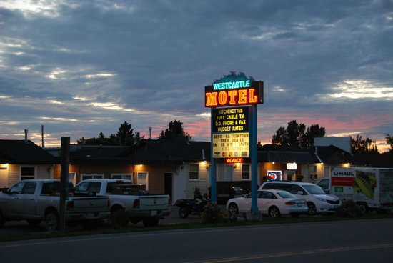 West Castle Motel: Westcastle at night