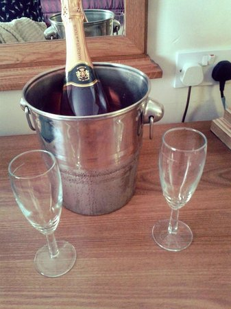 Bridgewood Manor - QHotels: Pink fizz in our room, unfortunately all the ice in the bucket had melted by the time we got the