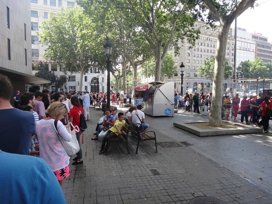 Barcelona Bus Turistic: Queue at Plaça de Catalunya