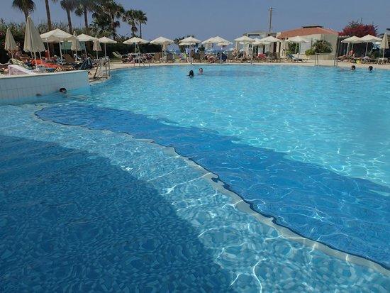 Minos Mare Hotel: piscine et relax/parasols