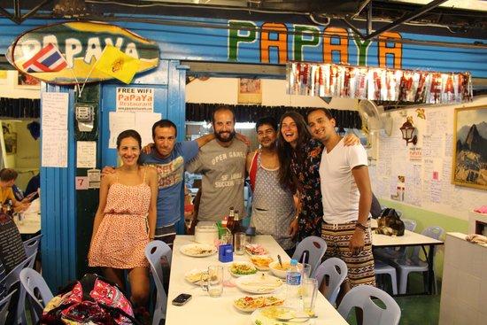 Papaya: Наша компания с владельцем ресторана (он же повар) в наш последний день пребывания на острове :)
