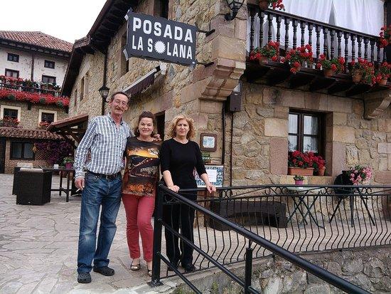 Posada La Solana: Esquina de la casa con fachada, terraza y aparcamiento
