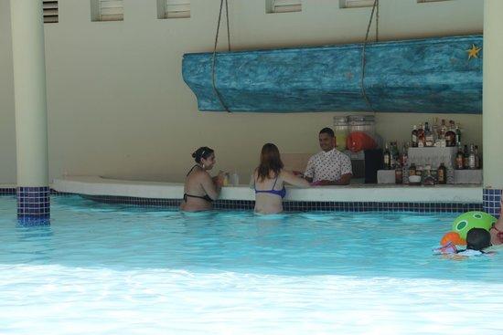 Iberostar Bavaro Suites: Bar en la piscina