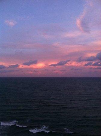 Radisson Suite Hotel Oceanfront: Sunrise
