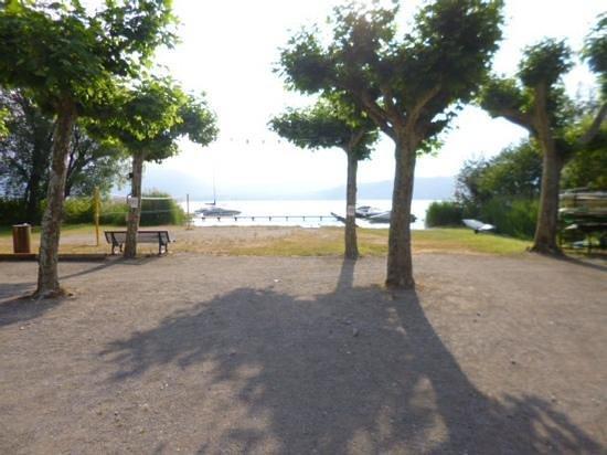 Camping les Rives du Lac: autre vue du camping vers le lac