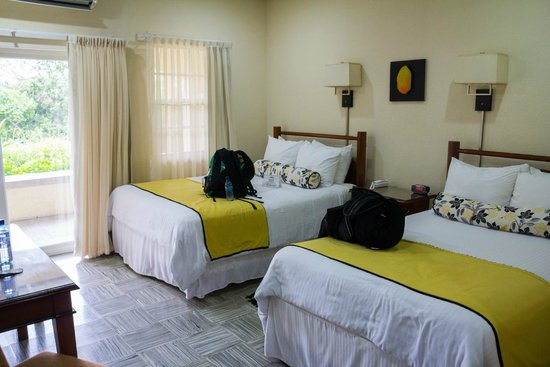 San Ignacio Resort Hotel : Garden view bedroom with two queens.