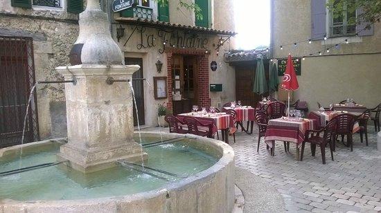 Hotel Restaurant La Fontaine : ristorante all'aperto 2