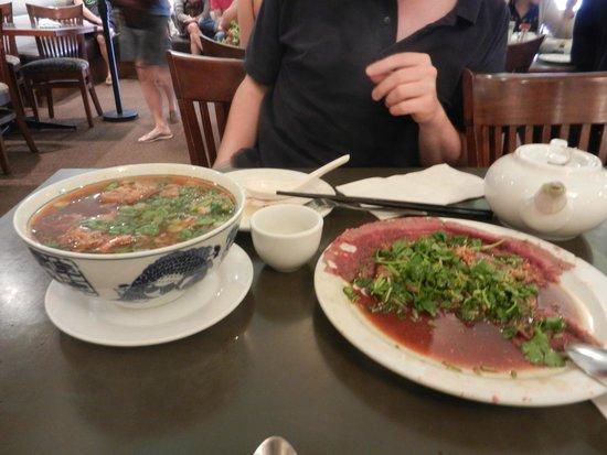 Phnom Penh Restaurant: Pho et butter beef (recouvert de coriandre)