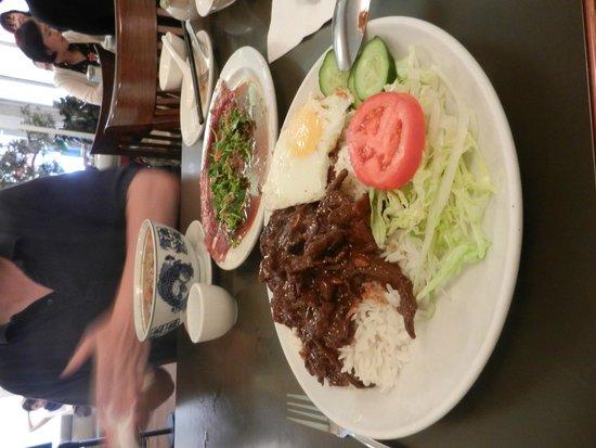 Phnom Penh Restaurant: Loc Lac et butter beef au fond