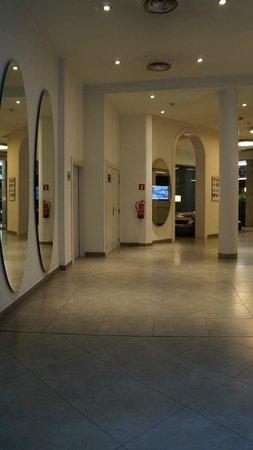 Hotel Ultonia Girona: холл
