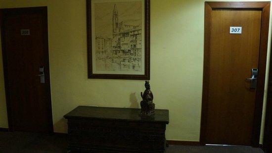 Hotel Ultonia Girona : коридор